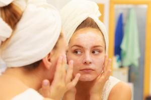 化粧水などは肌を包み込むようにつける